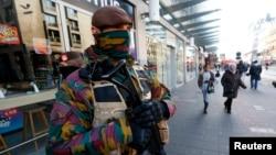 比利时军队星期一(2015年11月23日)在布鲁塞尔街头巡逻