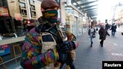 Un soldat belge patrouille dans le centre de Bruxelles, le 23 novembre 2015. (REUTERS/Yves Herman)