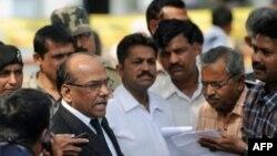 Công tố viên Rajendra Tiwari (trái) nói chuyện với các phóng viên về các bản án trong vụ cháy xe lửa Godhra, ngày 1/3/2011