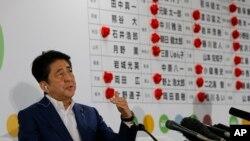 د جاپان لومړی وزیر شینزو آبې د یوه خبري کنفرانس پرمهال د خبریالانو پوښتنو ته ځوابونه وايي