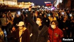 Demonstranti marširaju tokom skupa podrške zatvorenom ruskom opozicionom političaru Alekseju Navalnom, u Sankt Peterburgu, Rusija, 21. april 2021. (Foto: Reuters, Anton Vaganov)