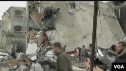 Serangan-serangan udara Israel hari Senin menghancurkan sebuah bangunan di Gaza (12/3).
