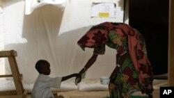 Un enfant rescapé d'une attaque des combattants Boko Haram est soigné à la clinqiue de Baga près ud lac Tchad, Nigeria