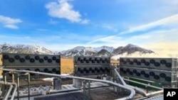 """""""Orca,"""" pabrik terbaru dari perusahaan Climeworks di Islandia bisa menyedot 4.000 ton karbon dioksida per tahun dengan dukungan perusahaan Accenture (dok: AP)"""