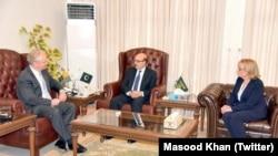 سینیٹر کرس وان ہولین اور میگی حسن پاکستان کے زیر انتظام کشمیر کے صدر مسعود خان سے ملاقات کر رہے ہیں