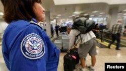 Los 10 aeropuertos de mayor tráfico en la nación tomarían las huellas dactilares a los visitantes e inmigrantes al salir del país.