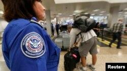 El chequeo de personas y equipajes en los aeropuertos sufriría retrasos y por lo tanto habría filas más largas.