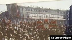 莫斯科多媒体展览馆2011年举办的一次图片展览中,期中一张图片介绍1948年莫斯科市民欢庆五一节,背景有列宁、斯大林和日丹诺夫等苏共领导人像。照片由苏联摄影师米科沙拍摄。