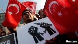 Para pendukung tokoh oposisi Turki, ulama Fethullah Gulen, melakukan unjuk rasa di Istanbul (19/12).