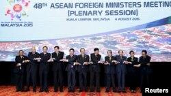 东盟各国外长在马来西亚吉隆坡召开的峰会上合影 (2015年8月4日)