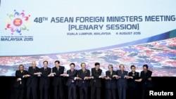 Ngoại trưởng các nước ASEAN chụp ảnh lưu niệm tại Kuala Lumpur, Malaysia, ngày 4/8/2015.