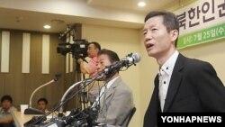 25일 서울에서 석방 기자회견을 한 김영환 씨(오른쪽).
