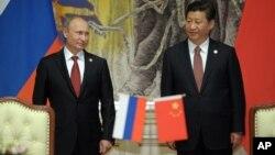 지난달 21일 시진핑 중국 국가주석(오른쪽)과 블라디미르 푸틴 러시아 대통령이 중국 상하이에서 정상회담을 가졌다.