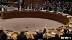 Vasily Nebenzya, ambassadeur de Russie aux Nations Unies, vote pour une résolution russe lors d'une réunion du Conseil de sécurité de l'ONU sur le renouvellement de l'enquête internationale sur les attaques d'armes chimiques en Syrie, au siège de l'ONU à New York,16 novembre 2017.
