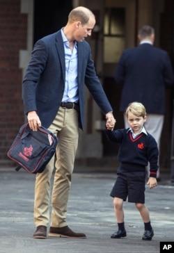 پرنس جرج همراه با پدرش پرنس ویلیام در روز اول مدرسه در مدرسه «تامس» لندن، ۷ سپتامبر ۲۰۱۷