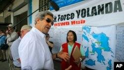 존 케리 미국 국무장관이 18일 필리핀 태풍 피해 복구 센터를 방문했다.