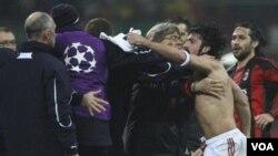 Gelandang AC Milan Gennaro Gattuso, kedua dari kanan, berargumen dengan para pemain dan staf klub Tottenham Hotspur setelah pertandingan babak 16 besar Liga Champions hari Selasa di Stadion San Siro.