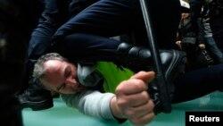 Cảnh sát Tây Ban Nha bắt một người biểu tình tại sân bay Barajas