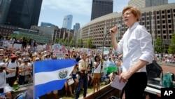 Senatorka Elizabet Voren govorti na skupu protiv razdvajanja roditelja i dece imigranata, 30. juna 2018. u Bostonu. (Foto: AP/Winslow Townson)