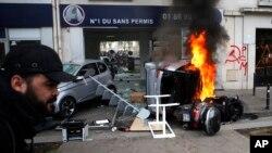 Varios vehículos fueron incendiados en París durante las manifestacioens del 1 de mayo de 2018.