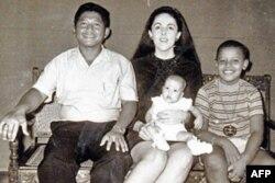 Obama o'gay otasi Lolo, onasi Stenli Anna Dunxem va singlisi Maya bilan, 1969 yil, Indoneziya