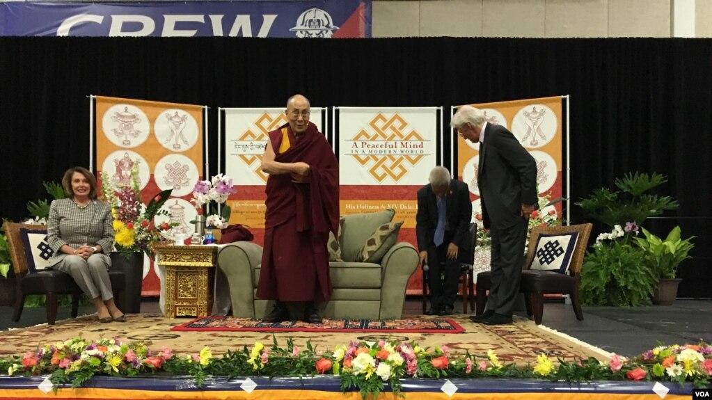 2016年6月13日,演員理查·基爾和眾議院少數黨領袖佩洛西和來華盛頓訪問的達賴喇嘛同台參加在美利堅大學舉辦的一場活動。