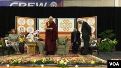 2016年6月13日,演员理查·基尔和众议院少数党领袖佩洛西和来华盛顿访问的达赖喇嘛同台参加在美利坚大学举办的一场活动。