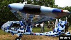 Petugas tengah memamerkan Helikopter Seeker, pesawat yang digunakan dalam misi anti perburuan liar di Taman Nasional Kruger kepada para wartawan, 4 Desember 2012 (Foto: dok). Sebuah helikopter militer Afrika Selatan jatuh dalam misi patroli di kawasan ini, menewaskan lima penumpangnya, Sabtu (30/3).