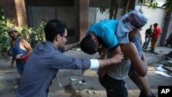 Tahrir Meydanı yakınında Mursi yanlıları ve karşıtları arasında çıkan çatışmada yaralananan bir gösterici