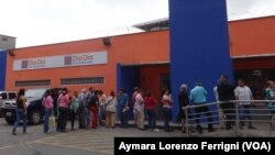 Los venezolanos invierten has cinco horas haciendo colas para comprar alimentos de primera necesidad.