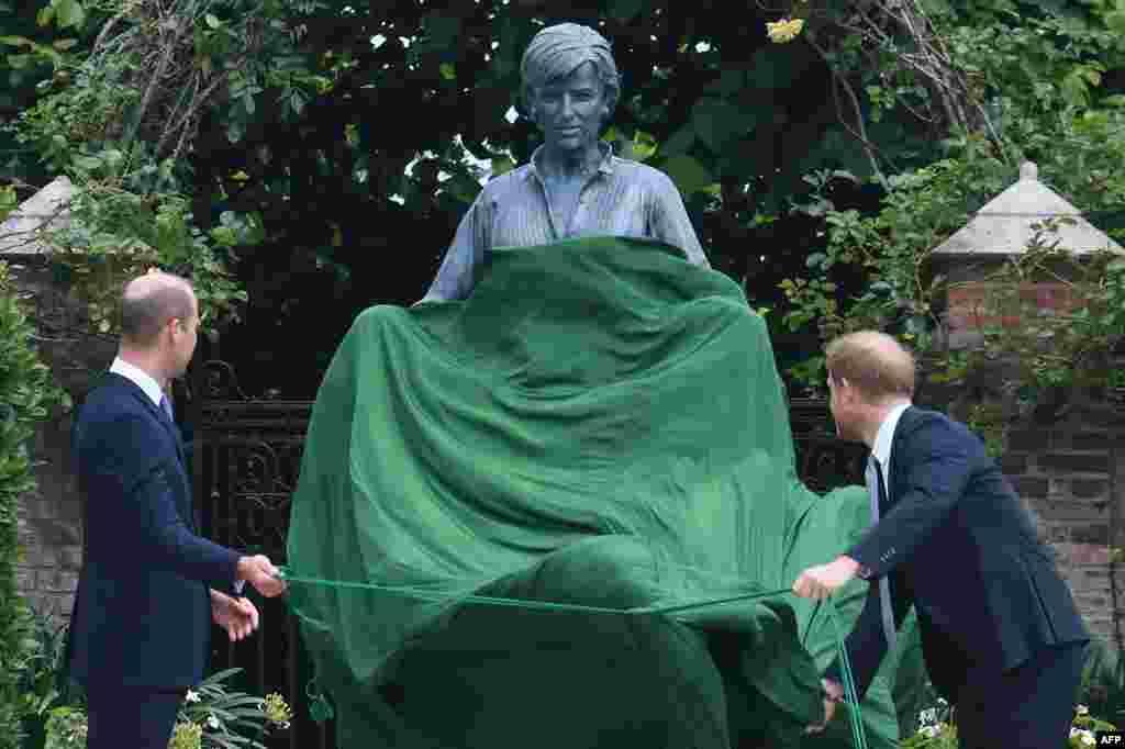 لیڈی ڈیانا کے مجسمے کی تقریب رونمائی لندن کے کنسنگٹن پیلس کے سنکن گارڈن میں ہوئی۔