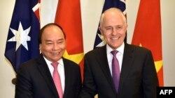 Thủ Tướng Việt Nam Nguyễn Xuân Phúc (trái) bắt tay Thủ Tướng Úc Malcolm Turnbull tại tòa nhà Quốc hội ở Canberra, ngày 15/3/2018. AFP PHOTO / MARK GRAHAM