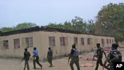 Les éléments des forces de sécurité devant l'école secondaire incendiée à Chibok, Nigeria, le 21 avril 2014.