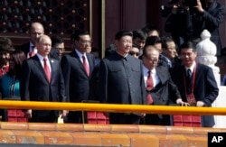 中共总书记习近平在天安门上,一侧是中国总理李克强和俄罗斯总统普京,另一侧是江泽民(2015年9月3日)