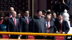 2015年9月3日江泽民被搀扶登上天安门,站在习近平主席一侧,习近平另一侧是李克强总理和俄罗斯总统普京