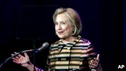 La encuesta también muestra que Hillary Clinton tiene una ventaja de dos dígitos sobre los principales potenciales contendientes republicanos.