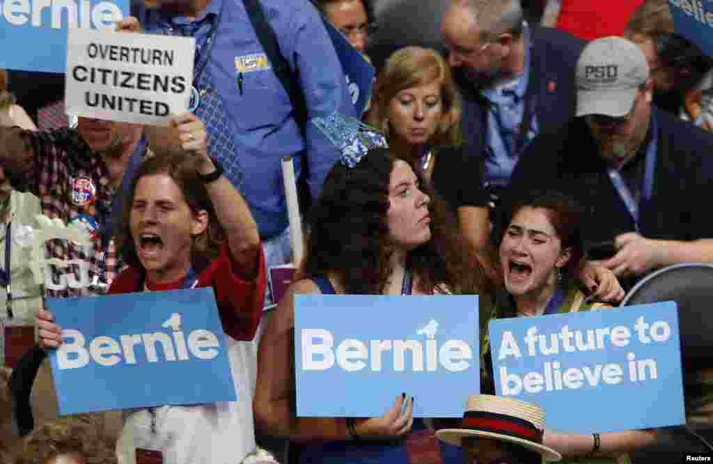 អ្នកគាំទ្រលោក Bernie Sanders ប្រតិកម្មនៅពេលពួកគេស្តាប់លោកក្នុងសន្និបាតជាតិរបស់គណបក្សប្រជាធិបតេយ្យនៅក្នុងក្រុង Philadelphia រដ្ឋ Pennsylvania កាលពីថ្ងៃទី២៥ ខែកក្កដា ឆ្នាំ២០១៦។