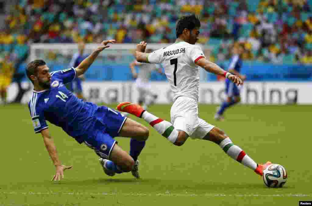 ایران کے شجائی فٹ بال کو کِک لاگاتے ہوءئے