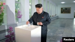 김정은 북한 국방위원회 제1위원장이 19일 열린 평양시 인민회의 대의원 선거 투표를 위한 제107호구 제102호분구, 서성구역인민회의 대의원선거를 위한 제102호구 선거 투표소에서 도·시·군 인민회의 대의원선거 투표를 했다고 조선중앙통신이 20일 보도했다.