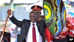 Sabon Shugaban Tanzania John Pompe Magufuli rike da kibiya dake zama alamar kama madafin iko