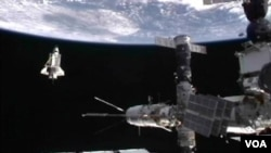 Discovery terlihat meninggalkan Stasiun Antariksa Internasional untuk terakhir kalinya dan kembali ke bumi, Selasa (8/3).
