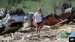 Connie Krehel warga di kota Vilonia, negara bagian Arkansas melihat rumahnya yang hancur akibat angin topan, Senin (28/4).