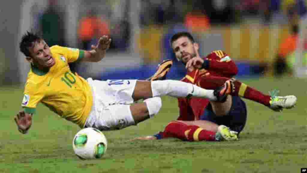 O espanhol Gerard Pique (dir) engana o brasileiro Neymar durante jogo da final da Taça das Confederações, no estádio Maracanã (30 de Junho 2013)