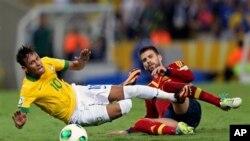 L'Espagnole Gérard Piqué, à droite, taclant Neymar lors de la finale de la coupe des confederations au Maracana stadium à Rio de Janeiro, au Brésil le 30 juin 2013 (AP Photo/Andre Penner)
