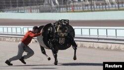 2013年12月20日佛州一次展覽會上﹐機器人在跑步。