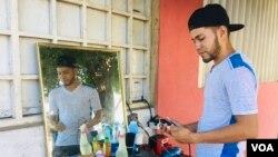 Abraham Díaz, barbero de calle venezolano, en Maracaibo. Foto: Gustavo Ocando/VOA.