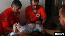Seorang bocah Suriah berusia empat tahun, korban bentrokan pasukan pemerintah dan pemberontak Suriah, dilarikan ke rumah sakit pemerintah Libanon oleh Tim Palang Merah (15/7).