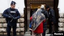 Cảnh sát Pháp đứng canh bên cạnh lối vào Đền thờ Hồi giáo ở Paris.