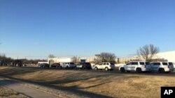 Kendaraan polisi berbaris di tepi jalan setelah adanya laporan penembakan di Hesston, Kan., Kamis, 25 Feb. 2016 (KWCH-TV via AP)