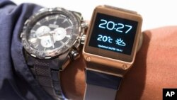 Un hombre se prueba en Galaxy Gear de Samsung junto a su reloj regular, en Berlín, Alemania.